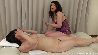 Chubby Japanese mature gets will not hear of pussy pleasured by Mizuno Yoshie